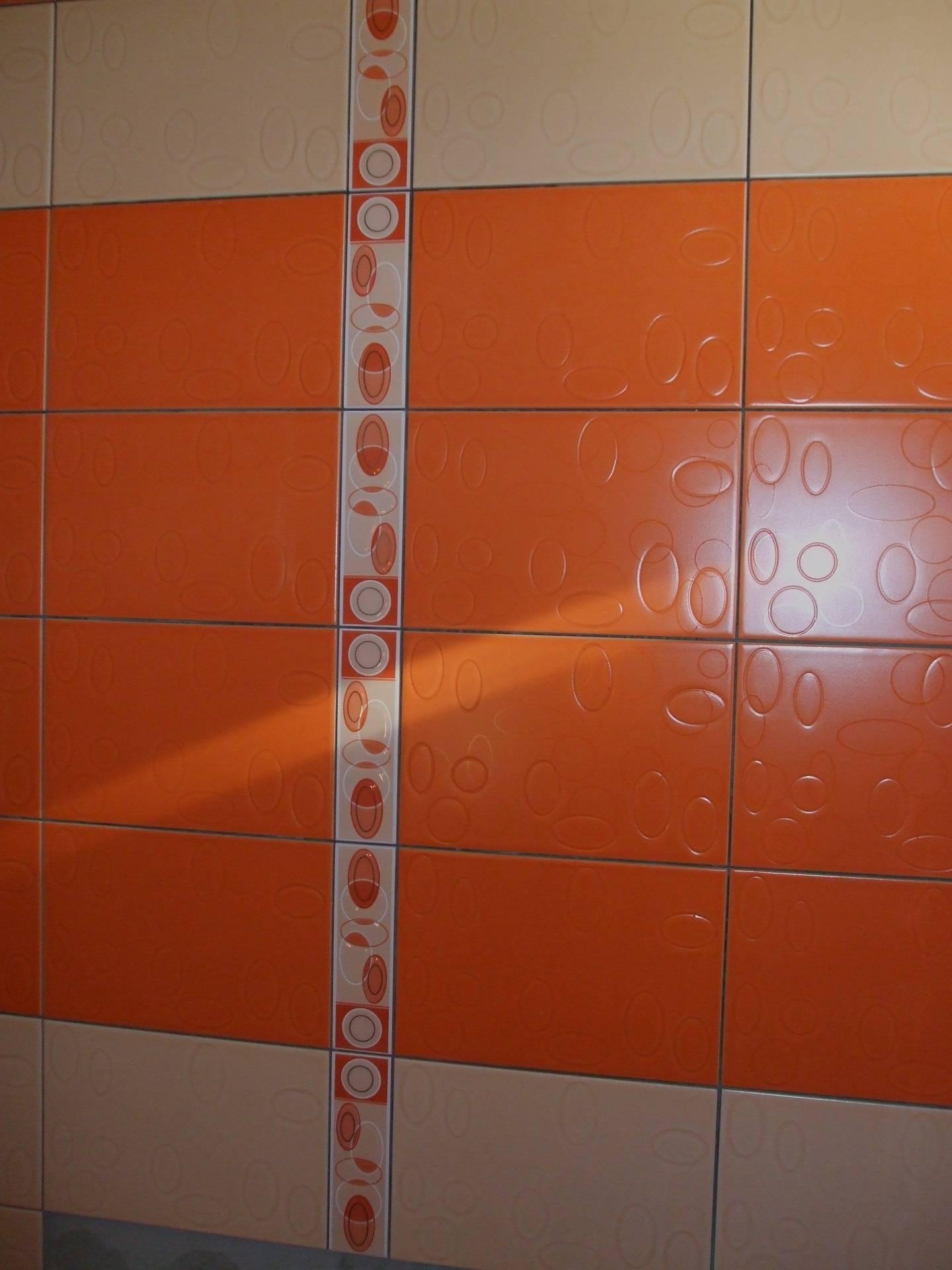 faianta portocalie si crem delimitate de brau faianta