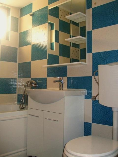 Model baie cu faianta alba si albastra