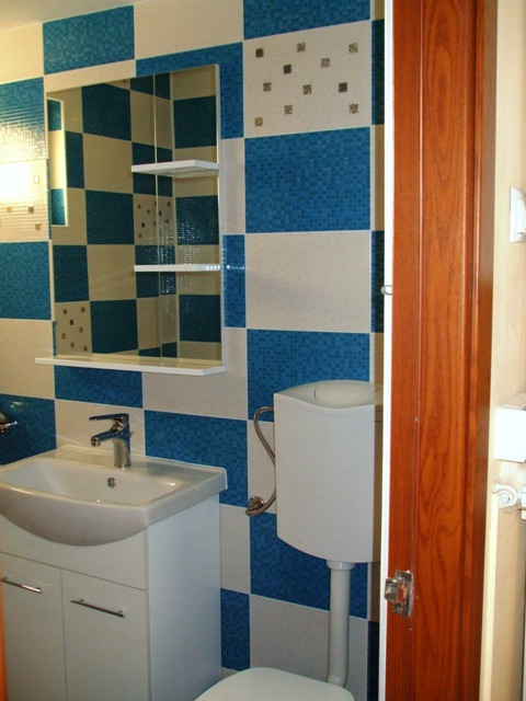 Mobilier baie alba , lavoat vas wc cu rezervor pe perete ,oglinda baie