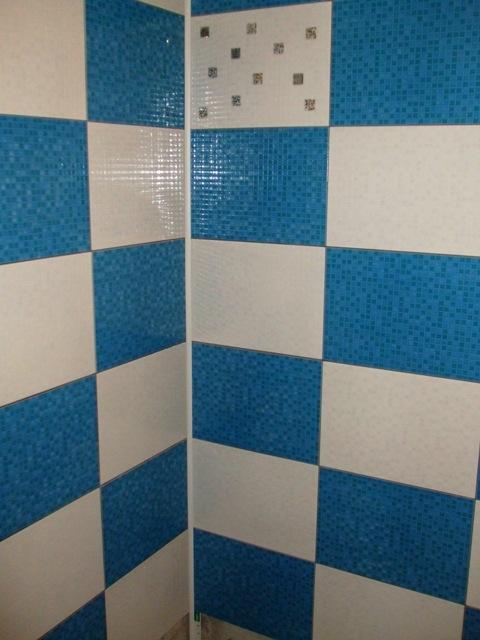 Model baie sah cu faianta albastra si alba