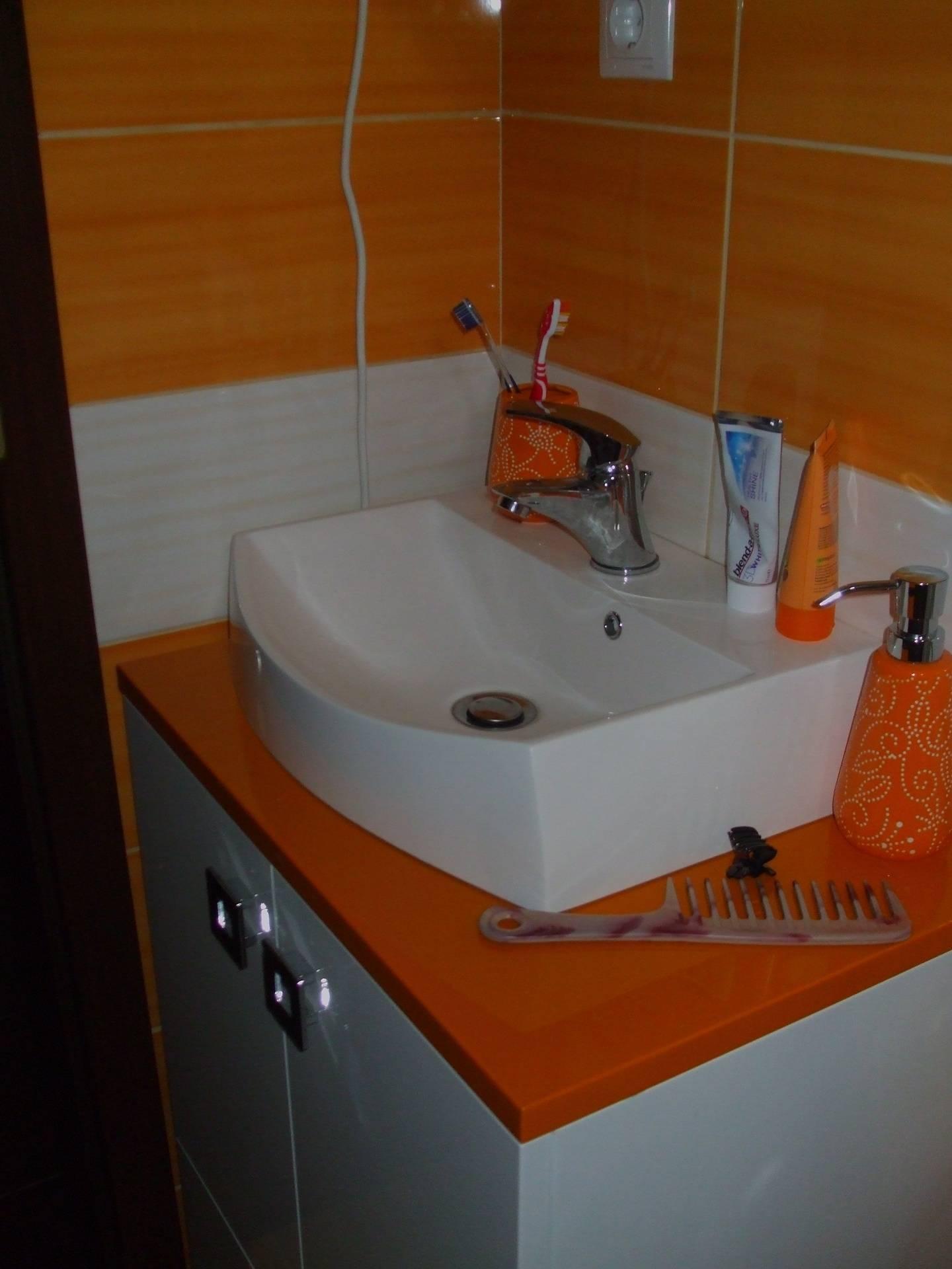 Mobila baie lavoar blat de nuanta orange si corp lavoar alba