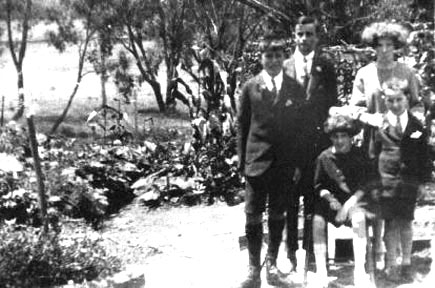 Freeman Children 13 Howie's Cottages 1927