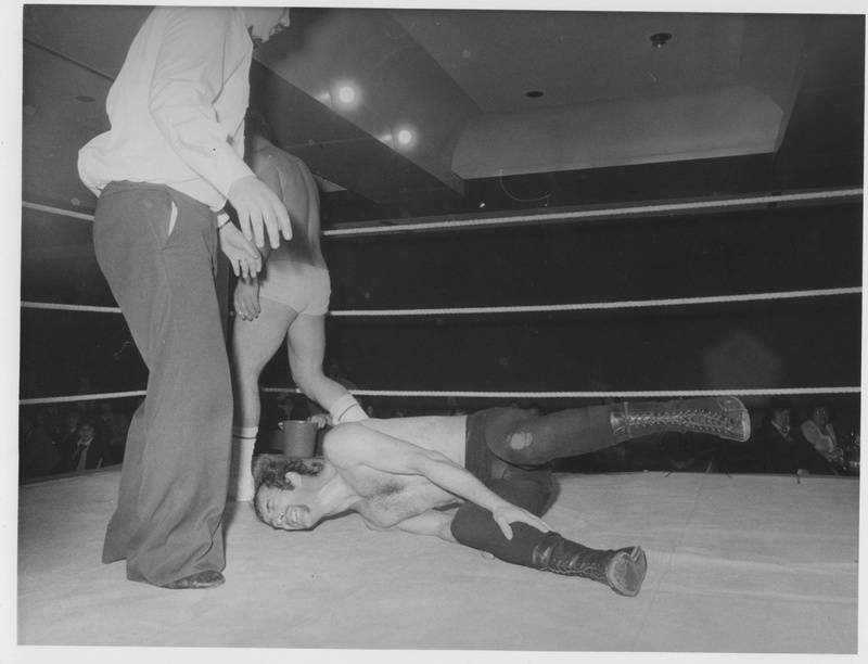 Bruce Welch feels th pain after Andy Robin's submission hold