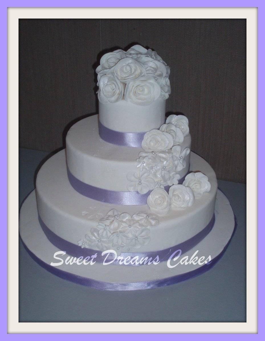 witte rozen bruidstaart