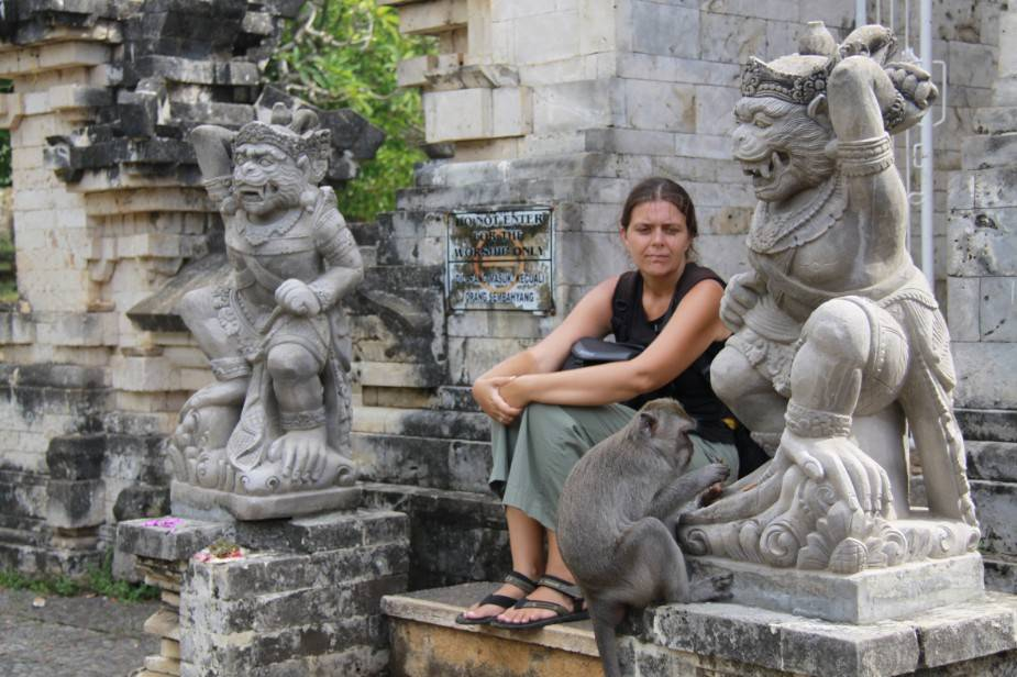 Noëlle Gunst and a scrounging long-tailed macaque (feeding on food offering) at the Uluwatu Temple (south Bali, April 2010)