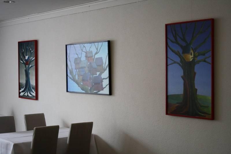 Dorp in vogelvlucht en Lente voor oude boom bij Les Jumeaux in Bennebroek