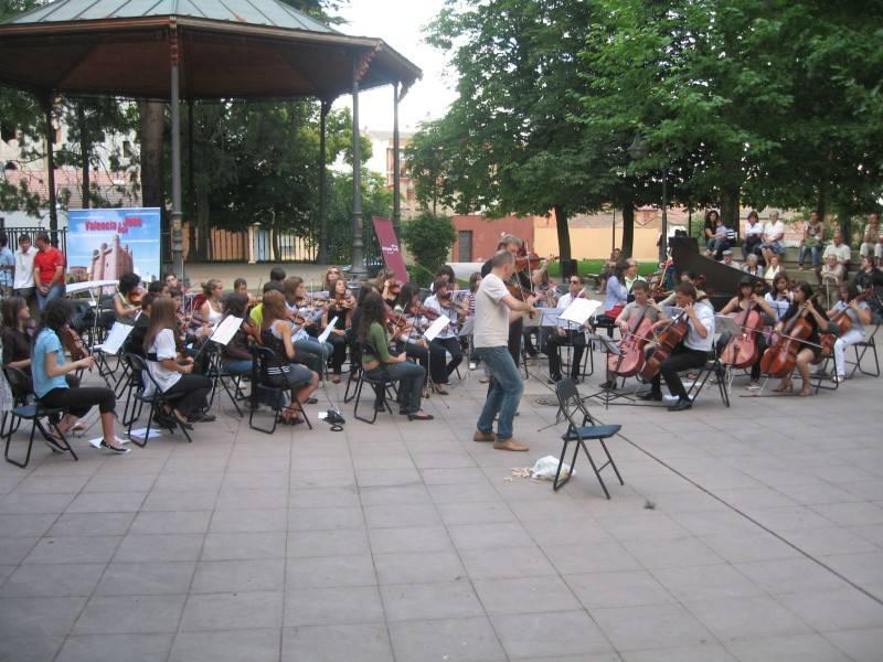Krzysztof, Miguel y la Orquesta Profesional en el ensayo general