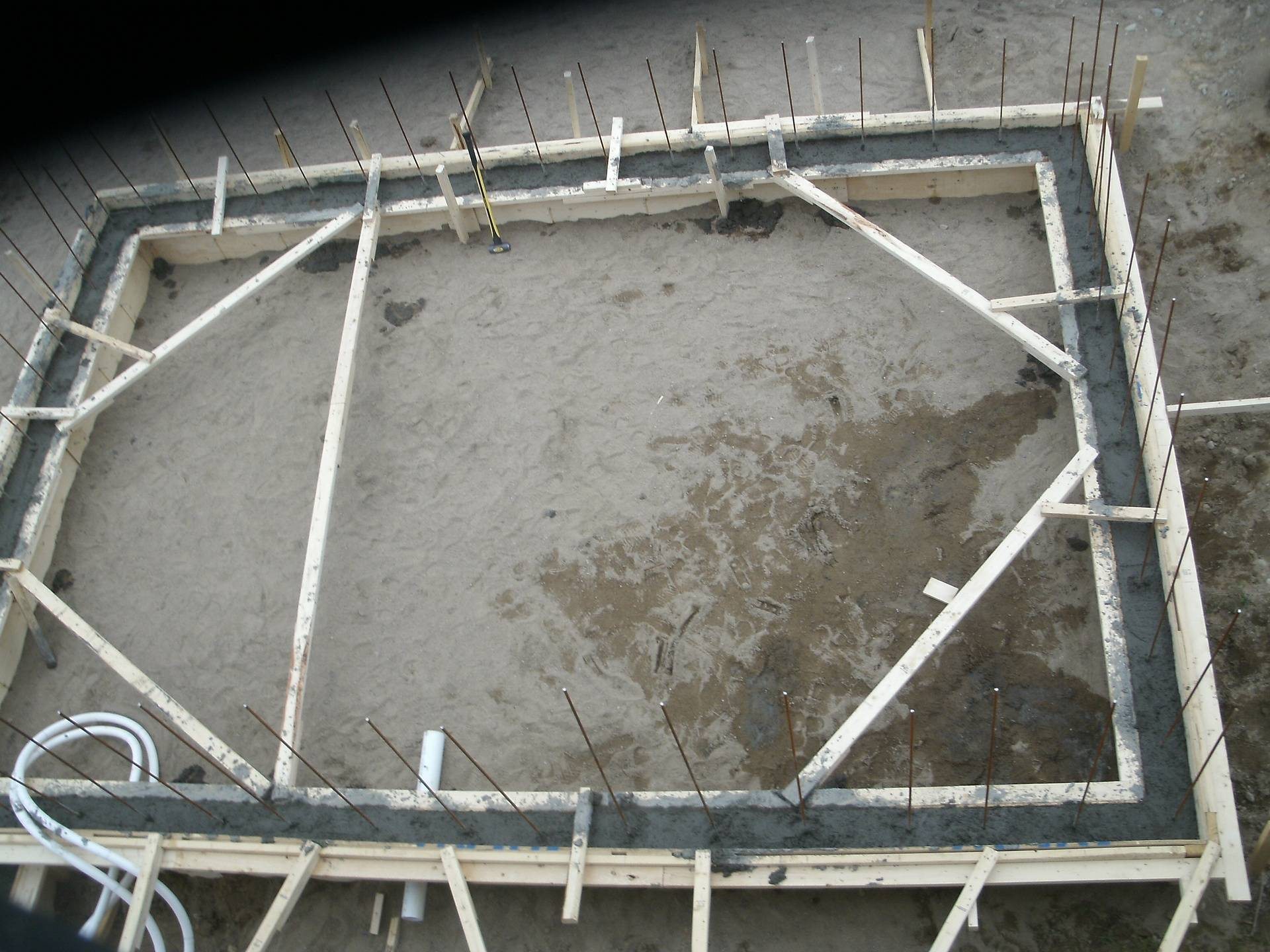 Coulage béton de la forme de la piscine