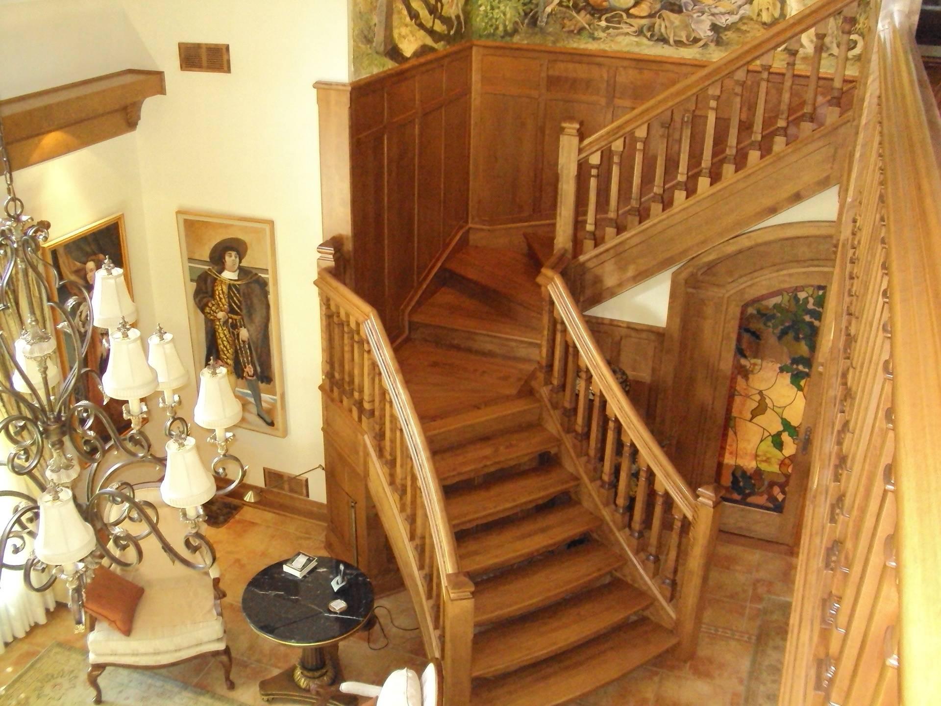 Escalier de bois semi cintré avec panneling au mur