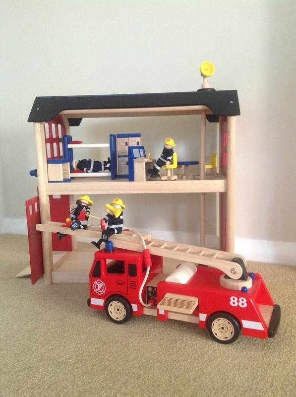 Firestation and Firetruck (and accessories)