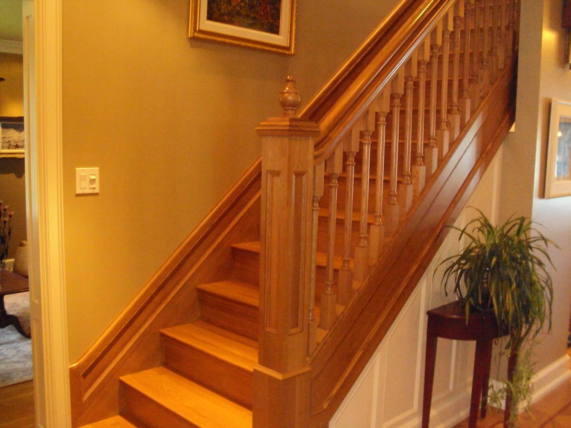 Escalier de bois à limons fermés, rampe et barreaux de bois