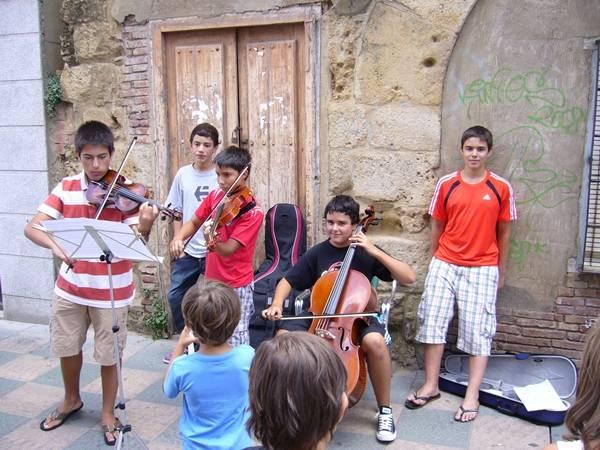 Más alumnos tocando en la calle