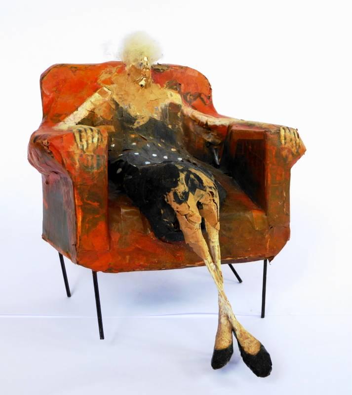 Oude vrouw in stoel