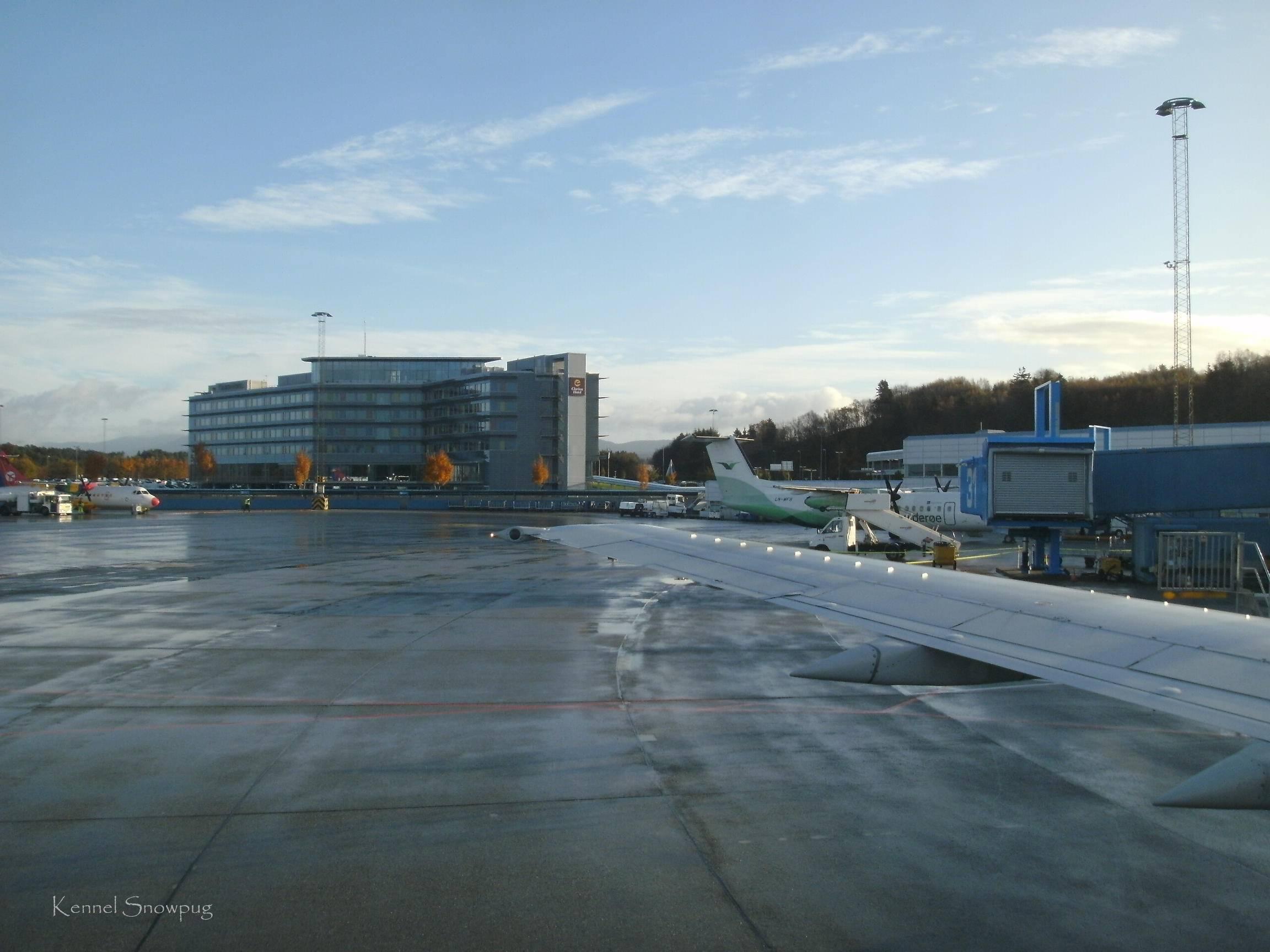 Flyet taxer ut fra Flesland flyplass