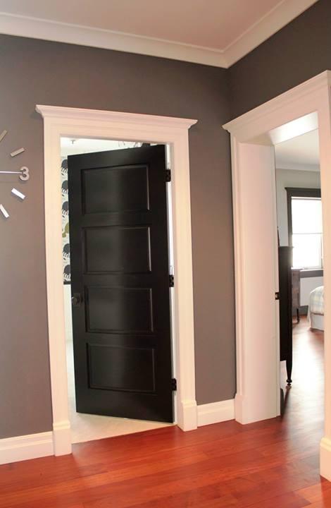 Porte de bois peint en noir