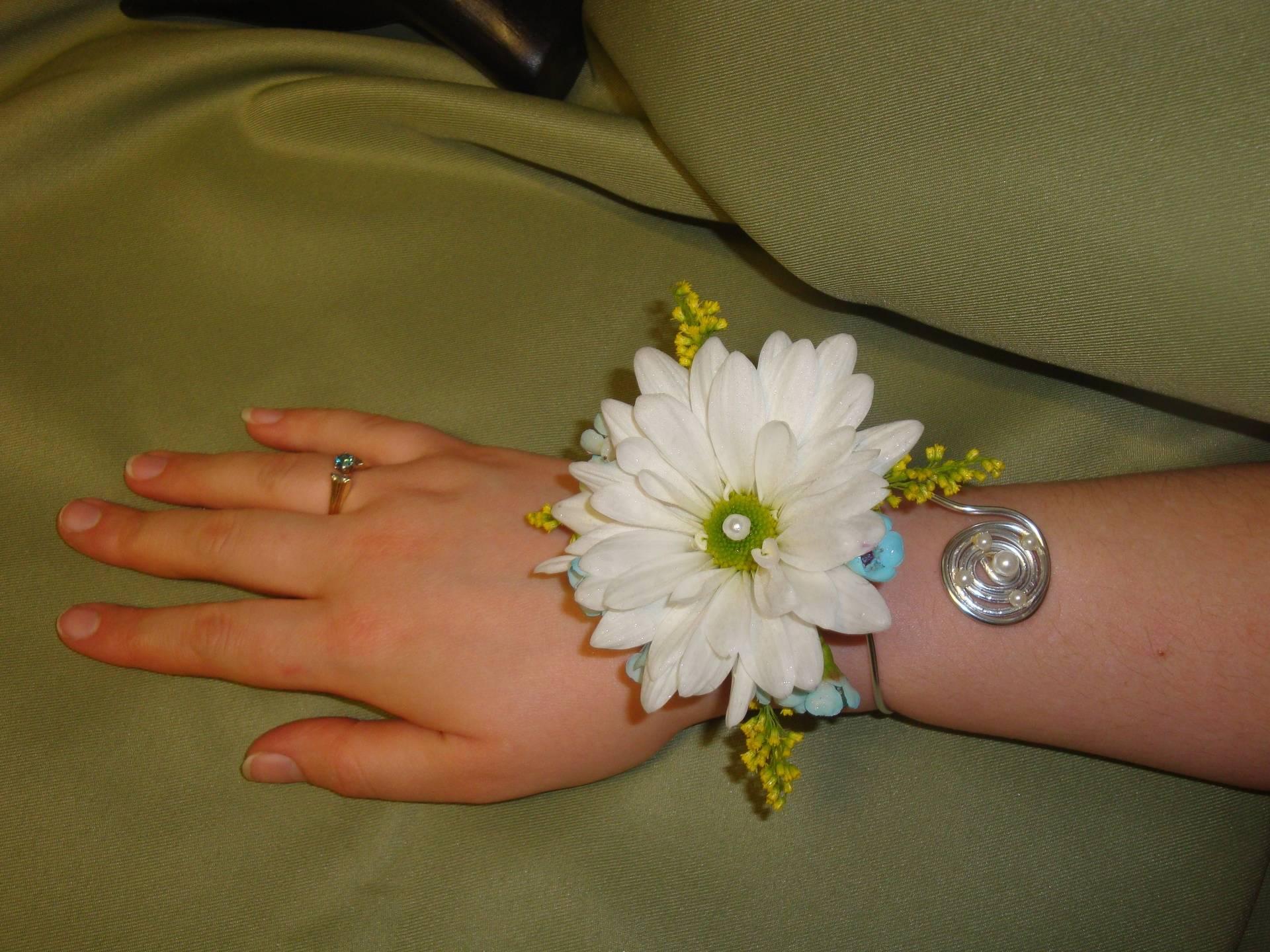 Daisy Wrist Corsage