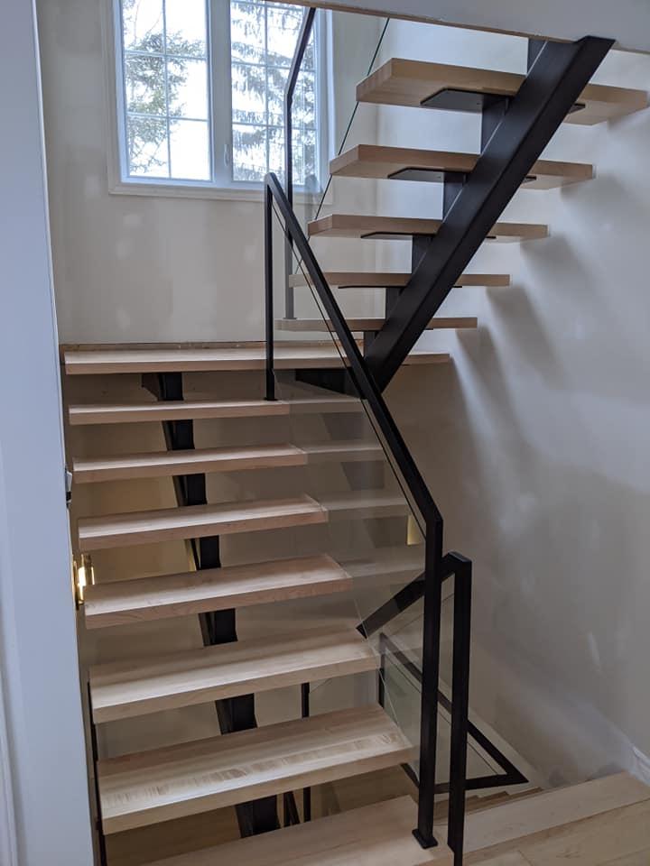 Escalier de bois limon central de métal