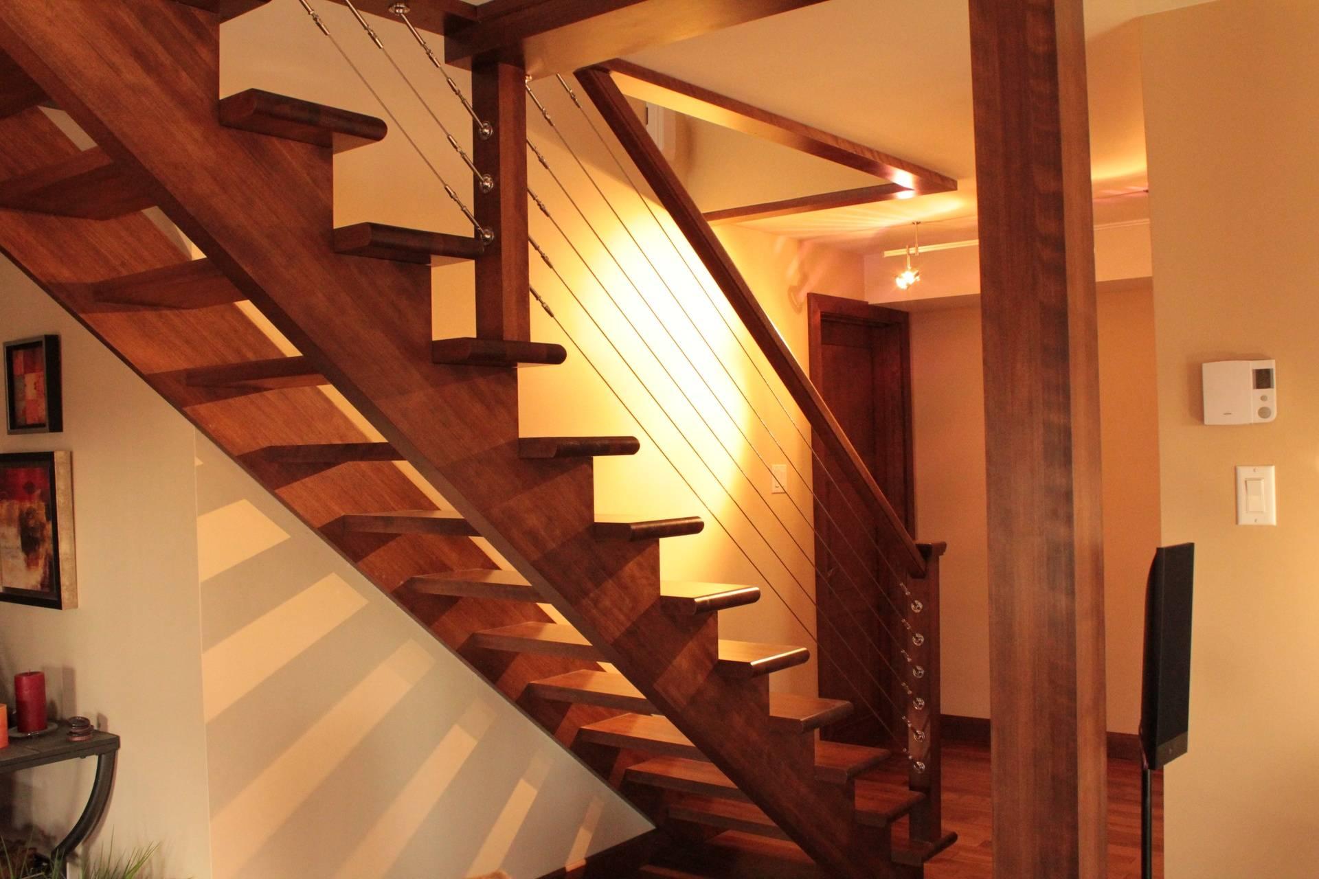 Escalier de bois à limons découpé, câble d'acier