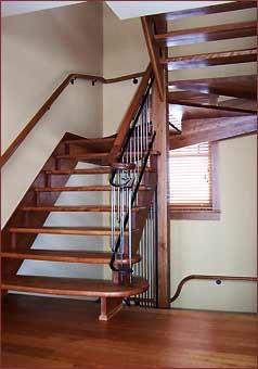 Escalier de bois, ouvert avec rampe de fer forgé