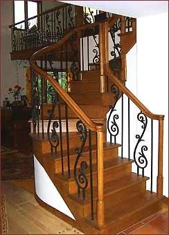 Escalier de bois à barreaux de métal