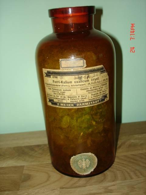 Antikvarinis vaistines butelis su vaistais. Kaina 36 Eur.