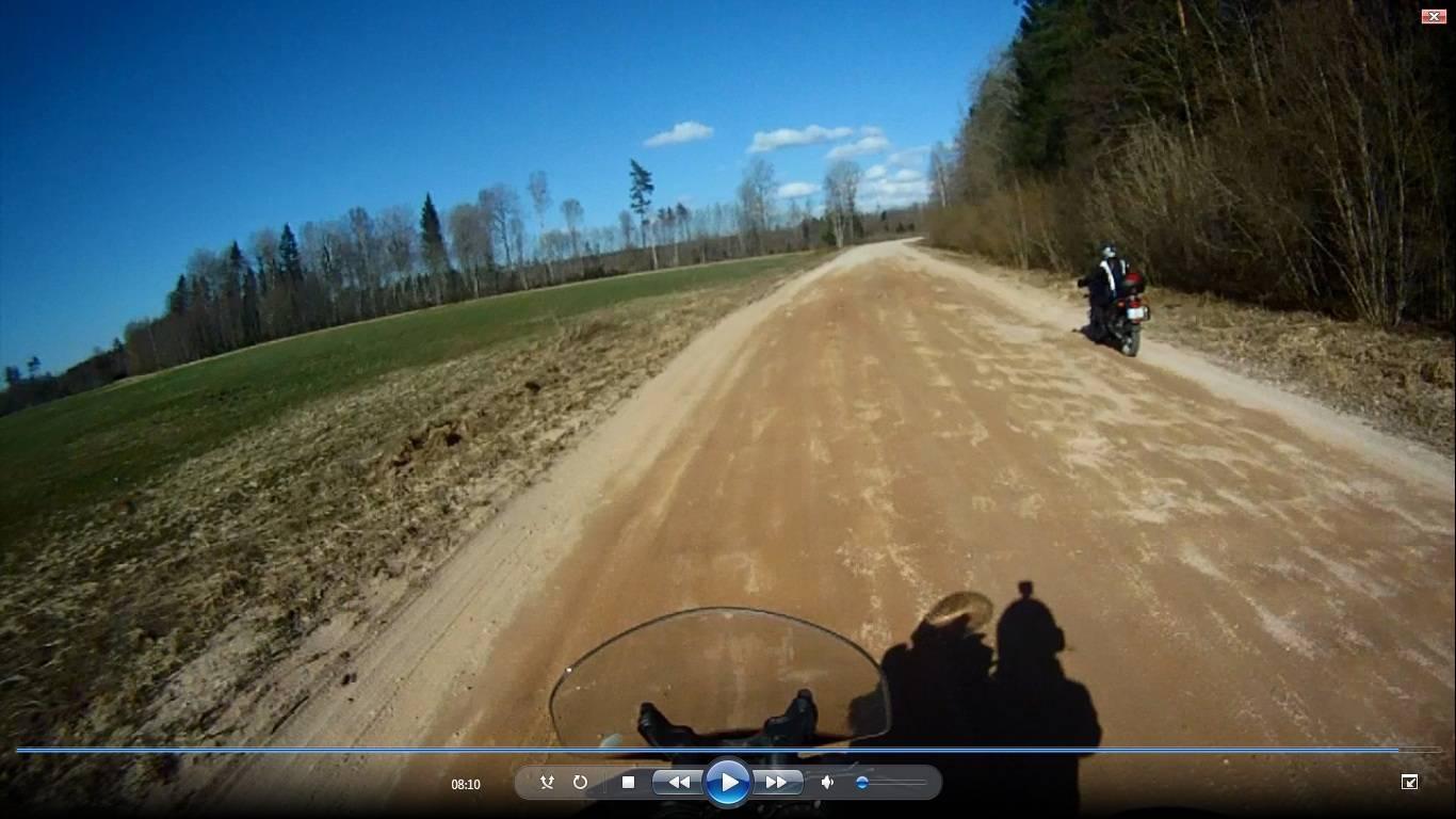 Braucam ar motocikliem pa zemes celiem