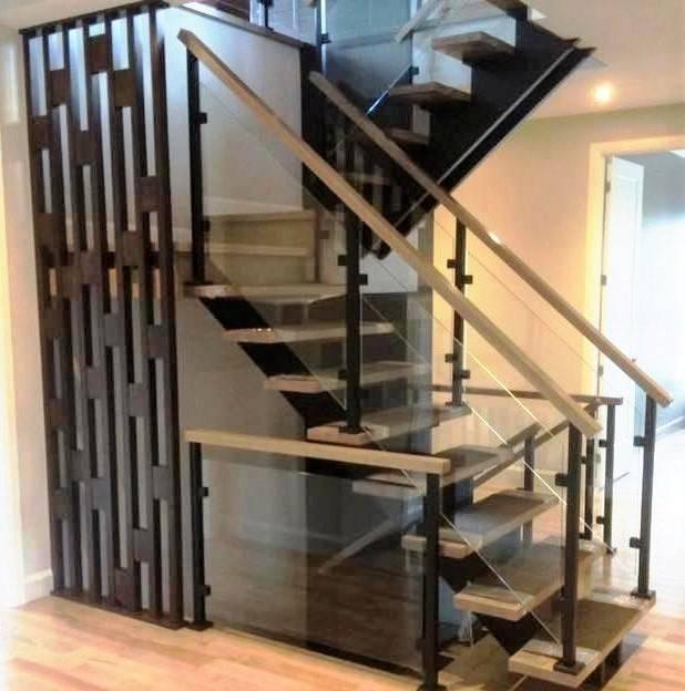 Escalier de bois double limons de bois, mur décoratif