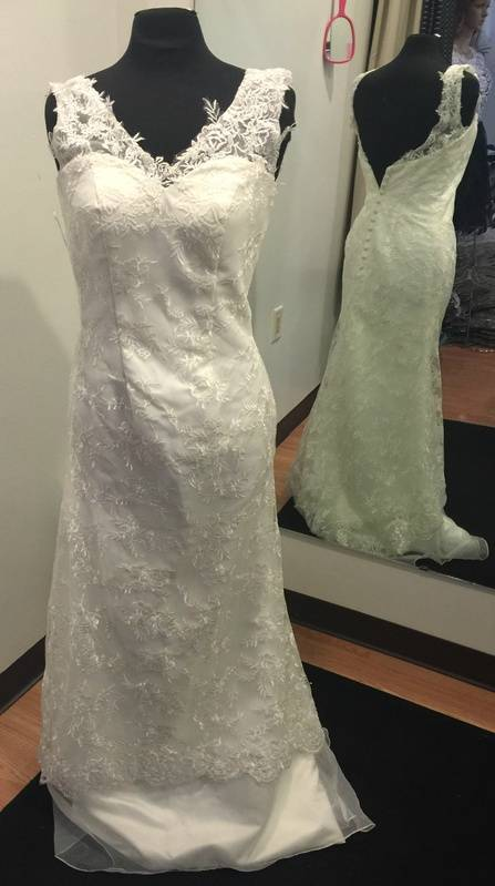 SIZE 6 WHITE WEDDING GOWN & BRIDAL GOWN JUST $200.00