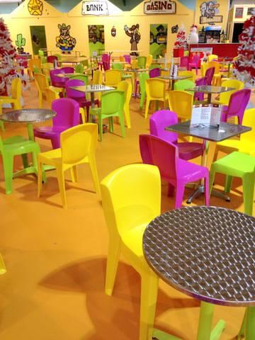 TABLES ET CHAISES COLOREES AU SALOON