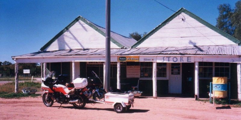 Tom's XJ900 & Trailer at the Hebel Store - Oct 1993