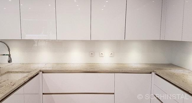 Crédence de cuisine en résine blanche et plan en granit
