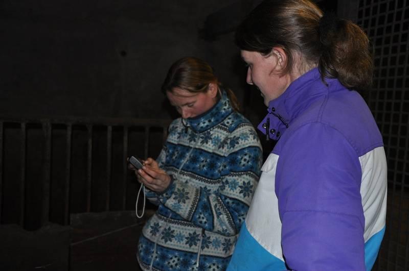 Anne en Saskia in de stal