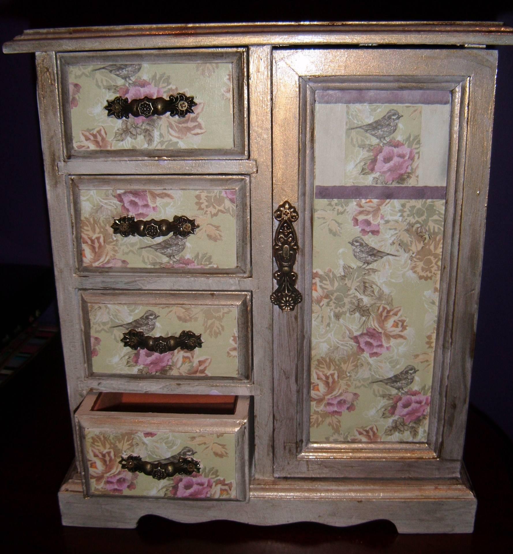 Shabby chic style gold box