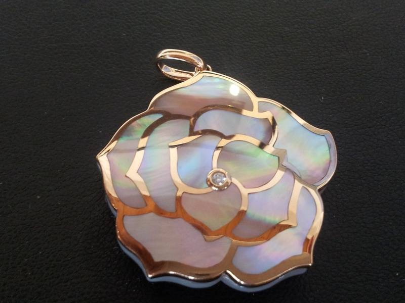 18ct rose gold, mother of pearl and diamond pendant 675e
