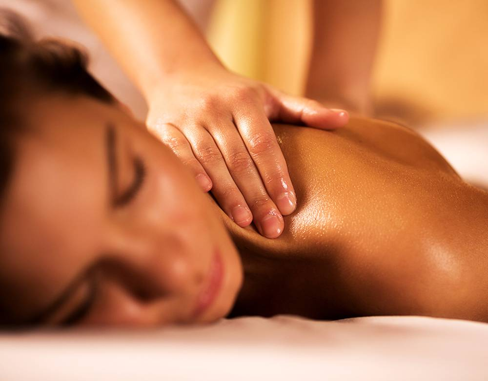 """MODELAGE RELAXANT: massage du corps entier avec des huiles aux senteurs envoûtantes. """"de la pointe des pieds à la racine des cheveux"""" = 1h"""