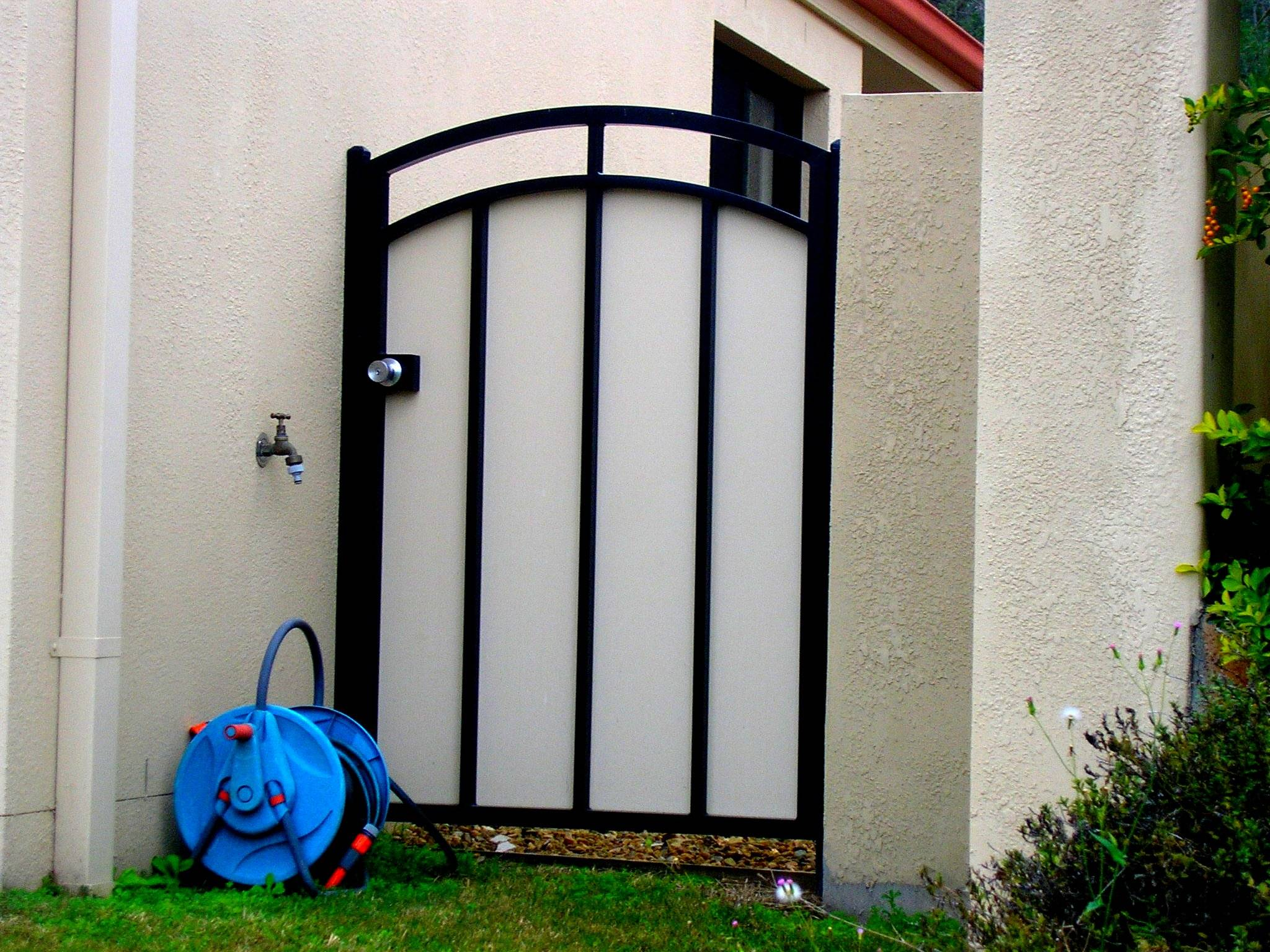 GATE WITH CURVED TOP
