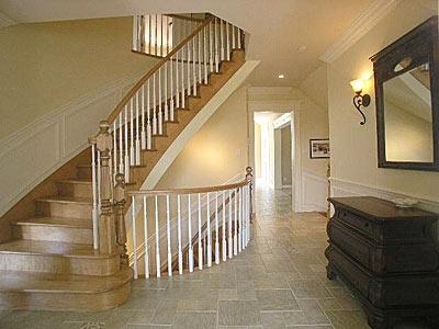 Escalier de bois cintré à barreaux tournés