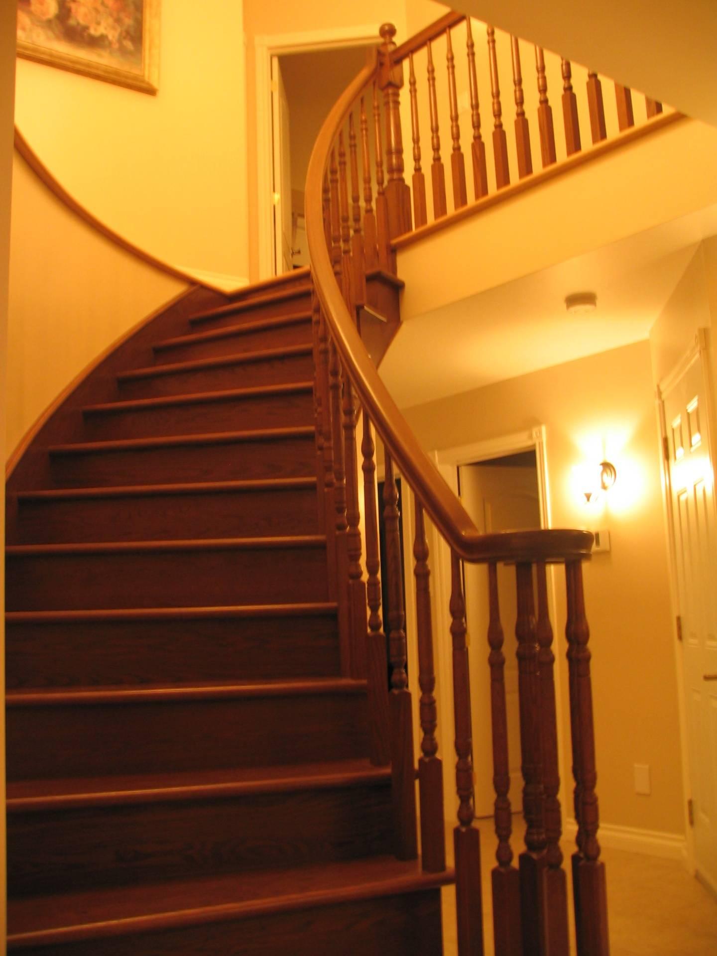 Escalier de bois, cintré, à barreaux tournés