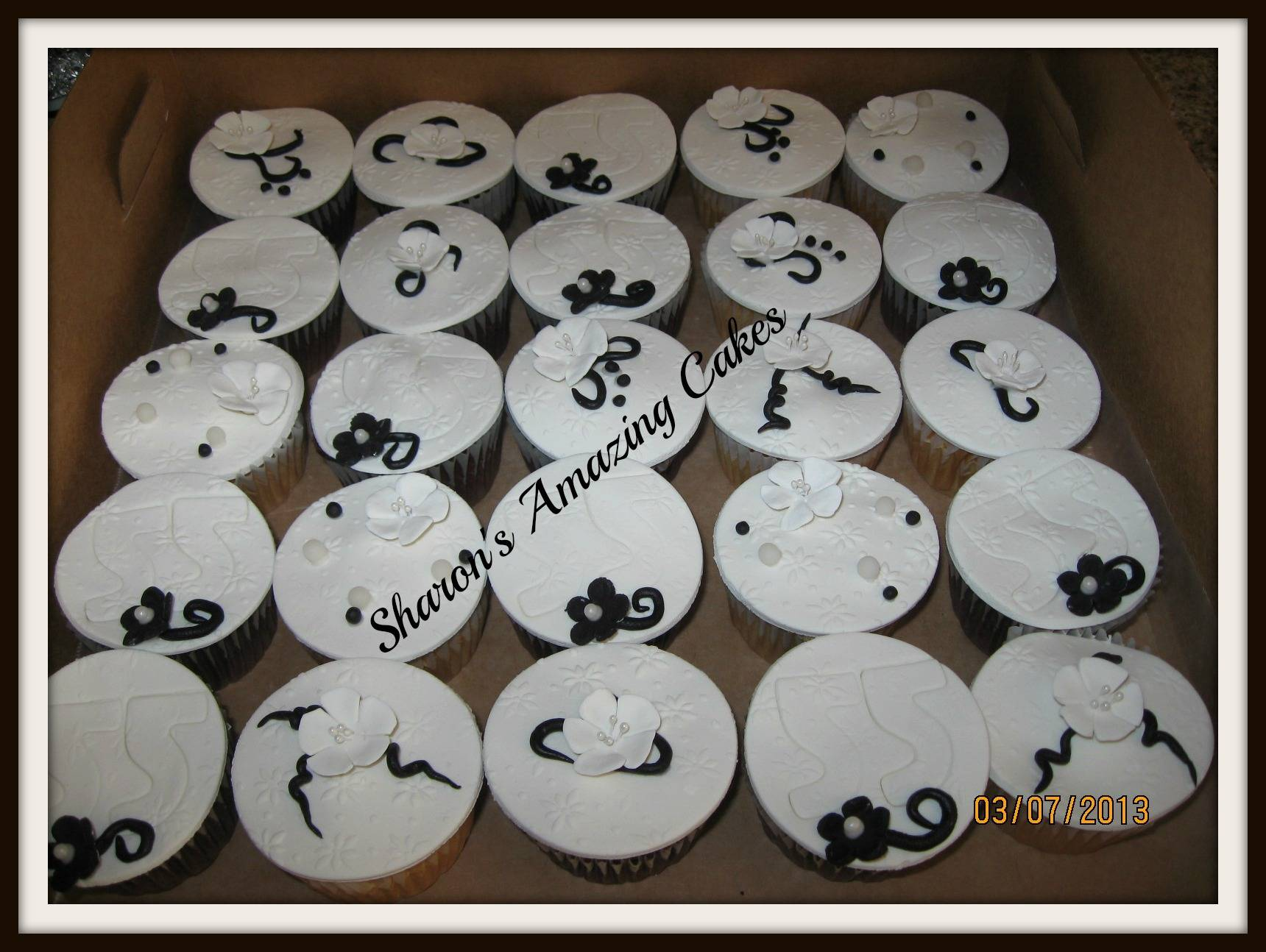 CC38 -Black & White Cupcakes