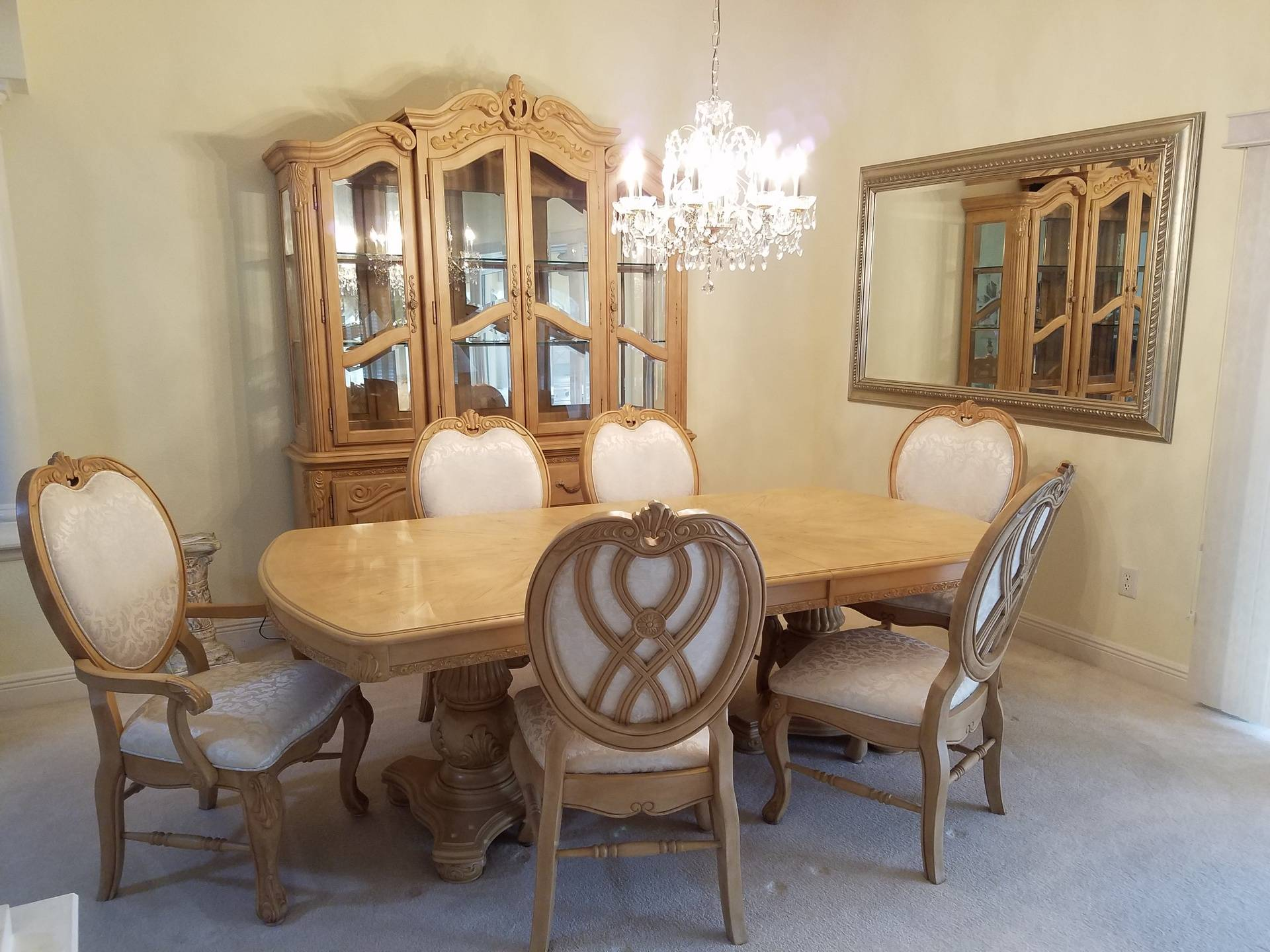 Beautiful dining room set. Excellent condition