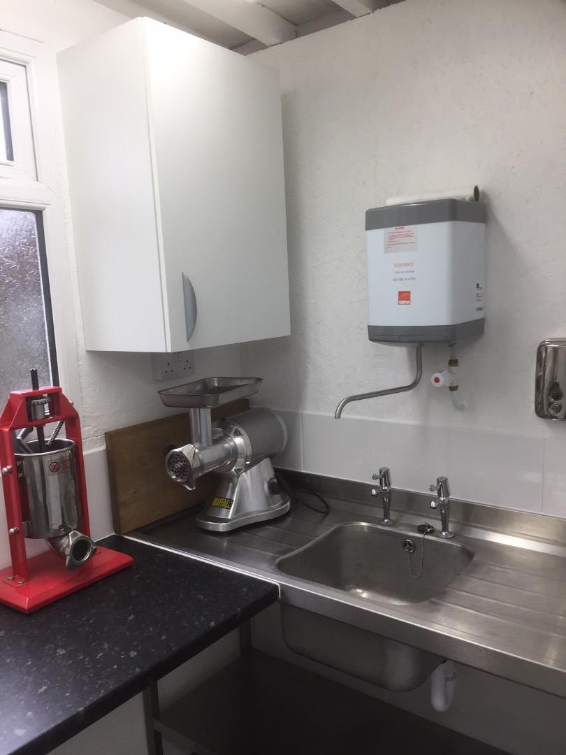 Hot running water, double drainer sink