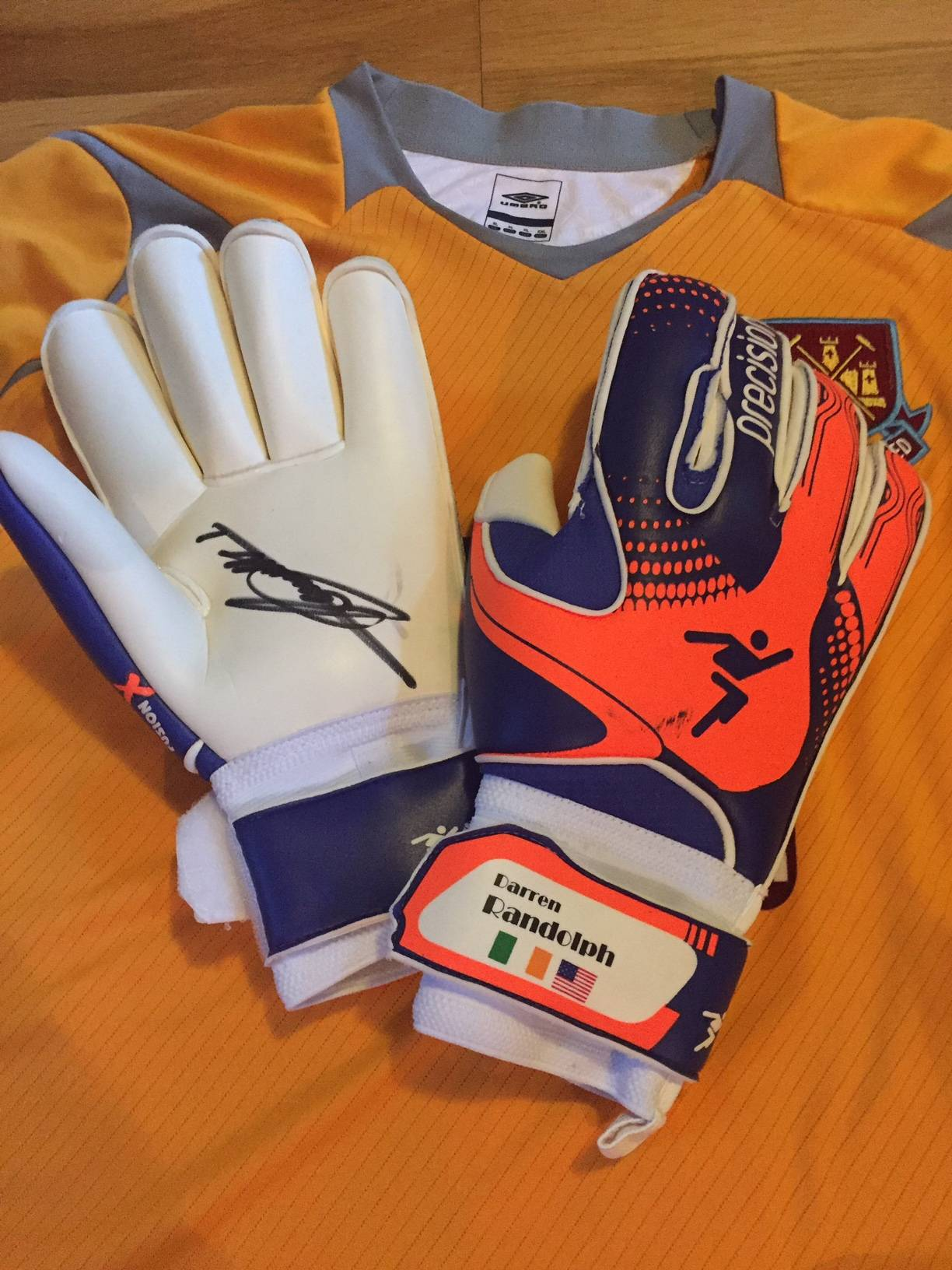 Darren Randolf´s personalised and signed gloves.