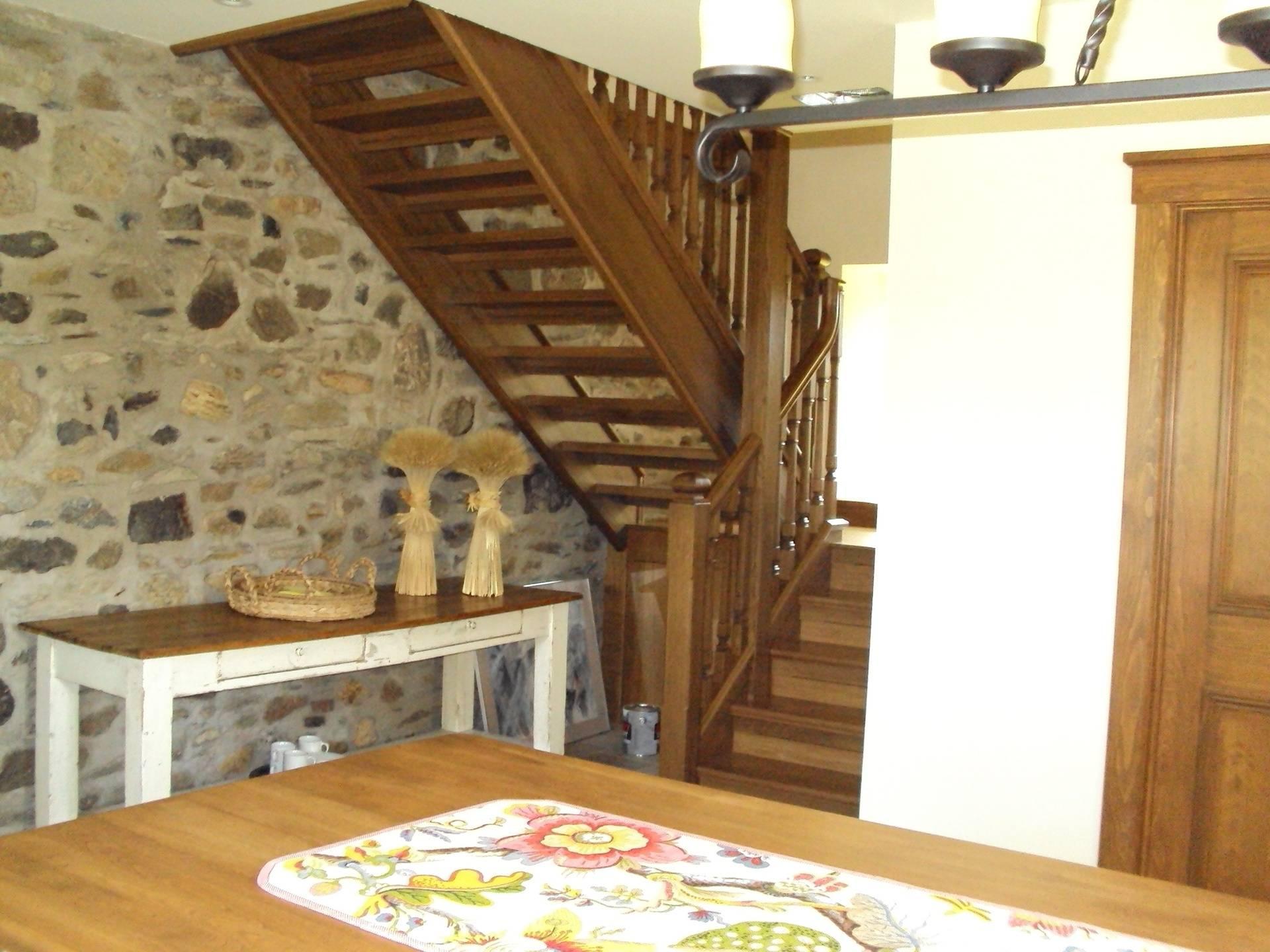 Escalier de bois à limons pleins et barreaux carrés