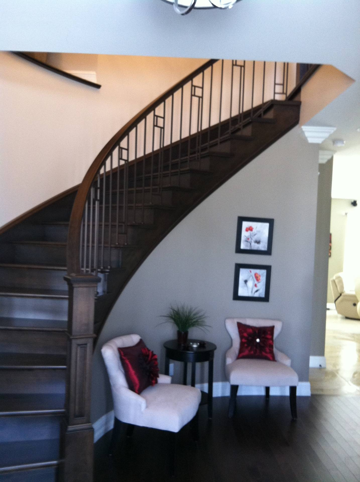Escalier de bois, cintré, à barreaux de métal