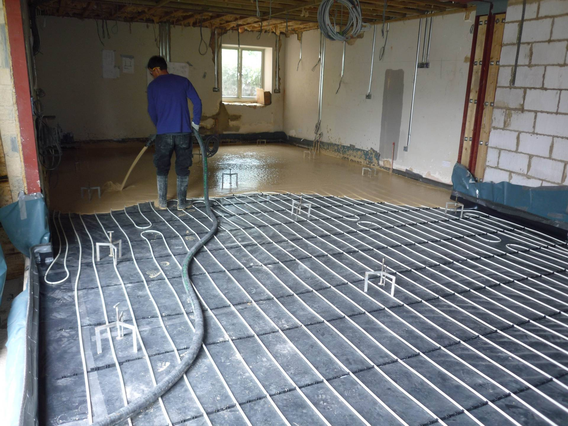 Under floor heating with liquid screed