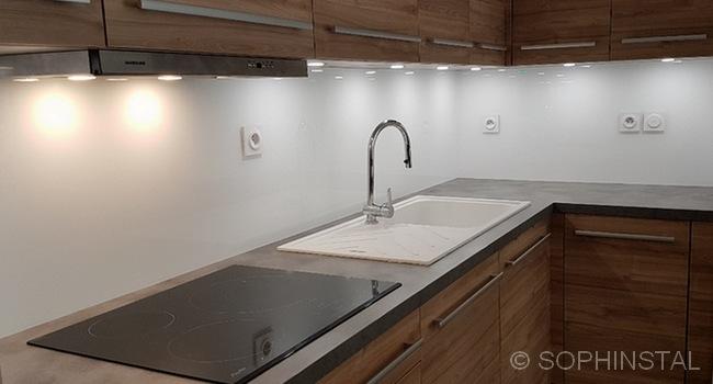 Crédences de cuisine, en résine blanche pour une protection murale complètes