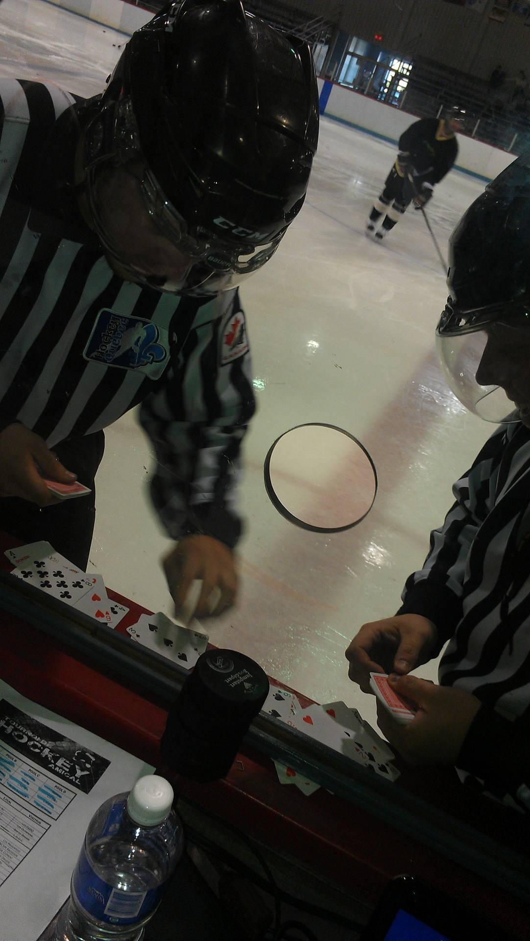 Des arbitres ''en pause'' jouant aux cartes !