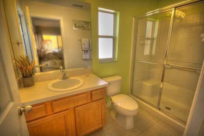 Private en-suite master bathroom