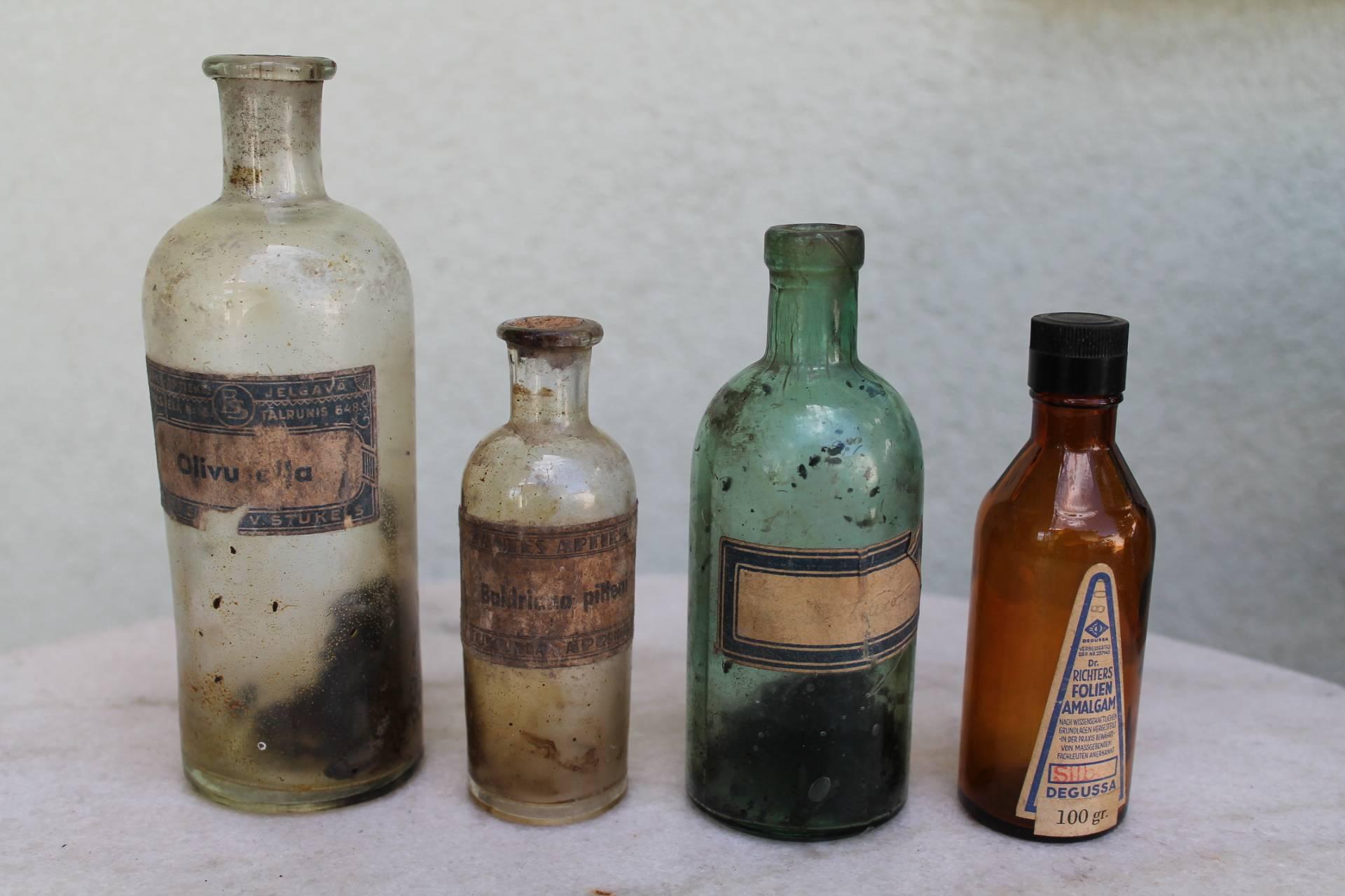 Antikvariniai vaistu buteliukai. Liko 2 vnt. Kaina 8 ir trys po 6 Eur.