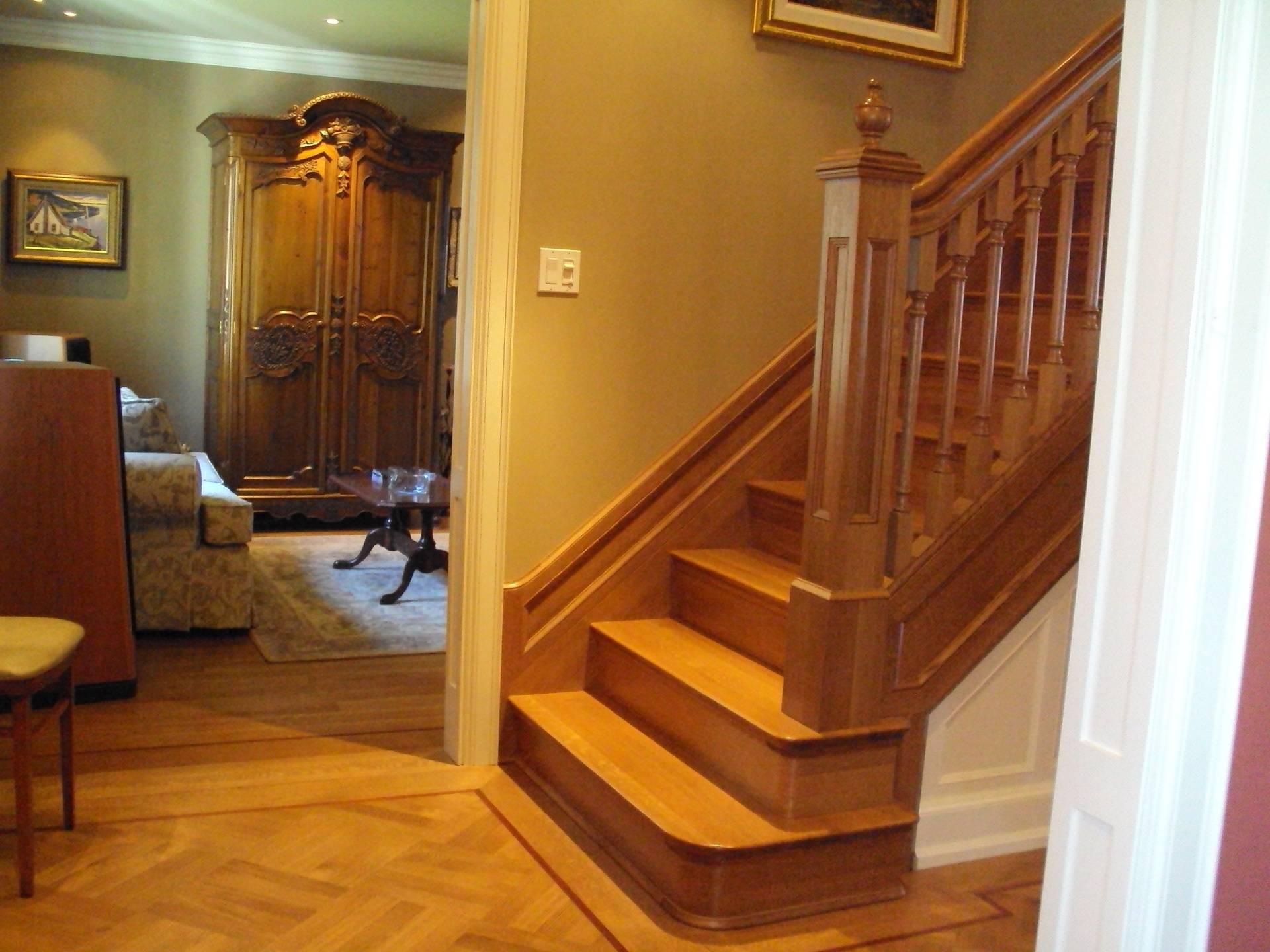 Escalier de bois à limons fermés avec motifs